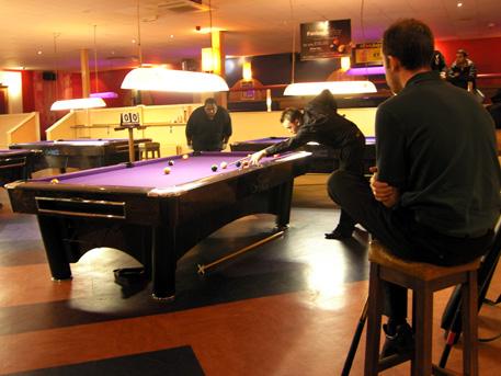http://www.pro9.co.uk/html/gallery/gallery/EmpirePoolTour/2006EPTMidlandsOpenNeilRayboneKeepsNickVanDenbergInHisChair.jpg